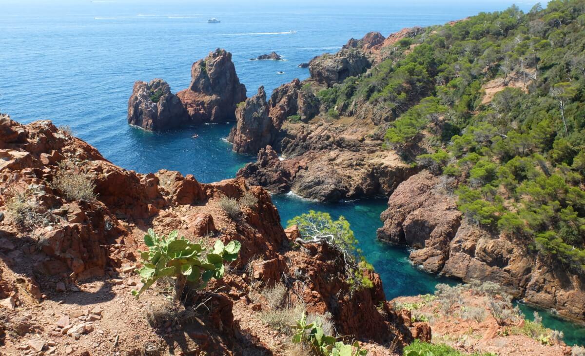 Crique au bord de la méditerrannée à Anthéor