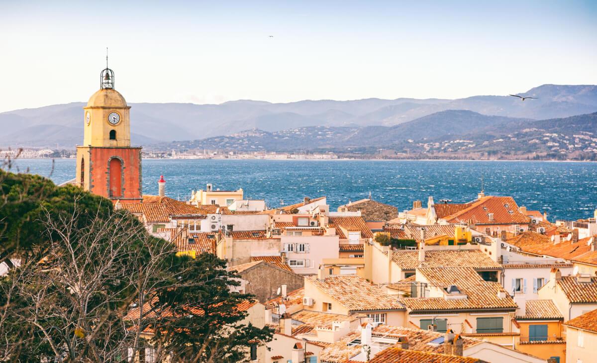 Le village de Saint-Tropez et son clocher